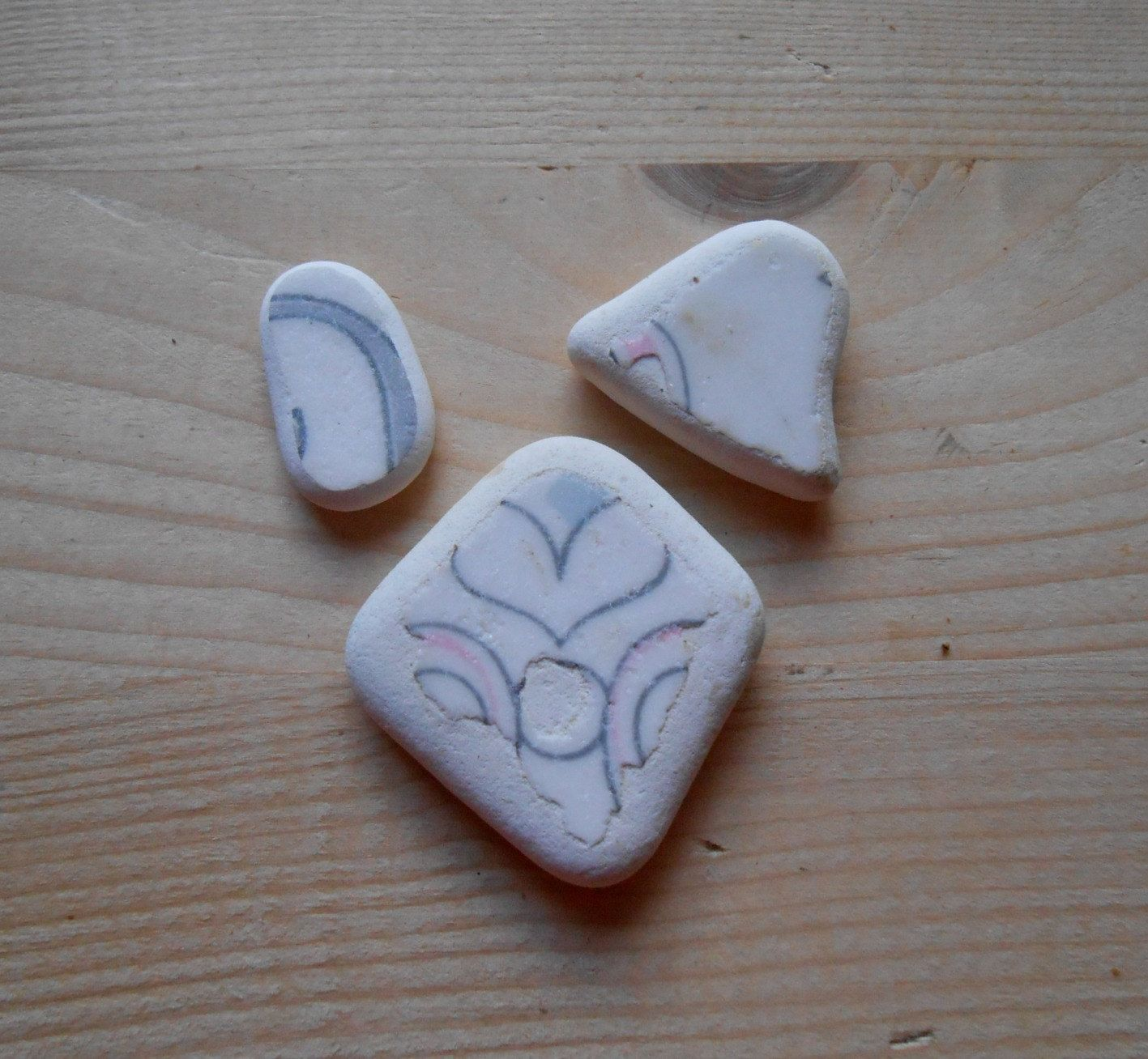 Sea pottery, white shards sea pottery, grey, pink, heart, geometric pattern , jewelry supplies, collectible 3 pieces lotto173 di lepropostedimari su Etsy