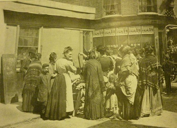 Secondhand clothes-dealers and buyers on the corner of #BrickLane and Bacon St, mid-1890s