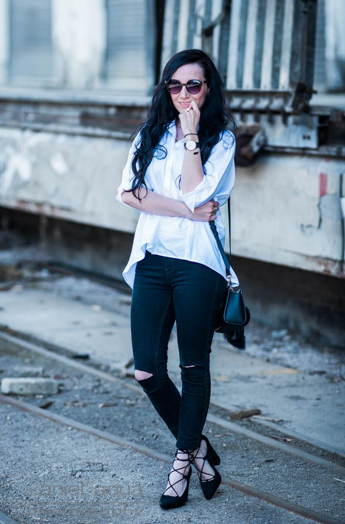 Classy casual outfit : weiße Bluse und ripped Jeans