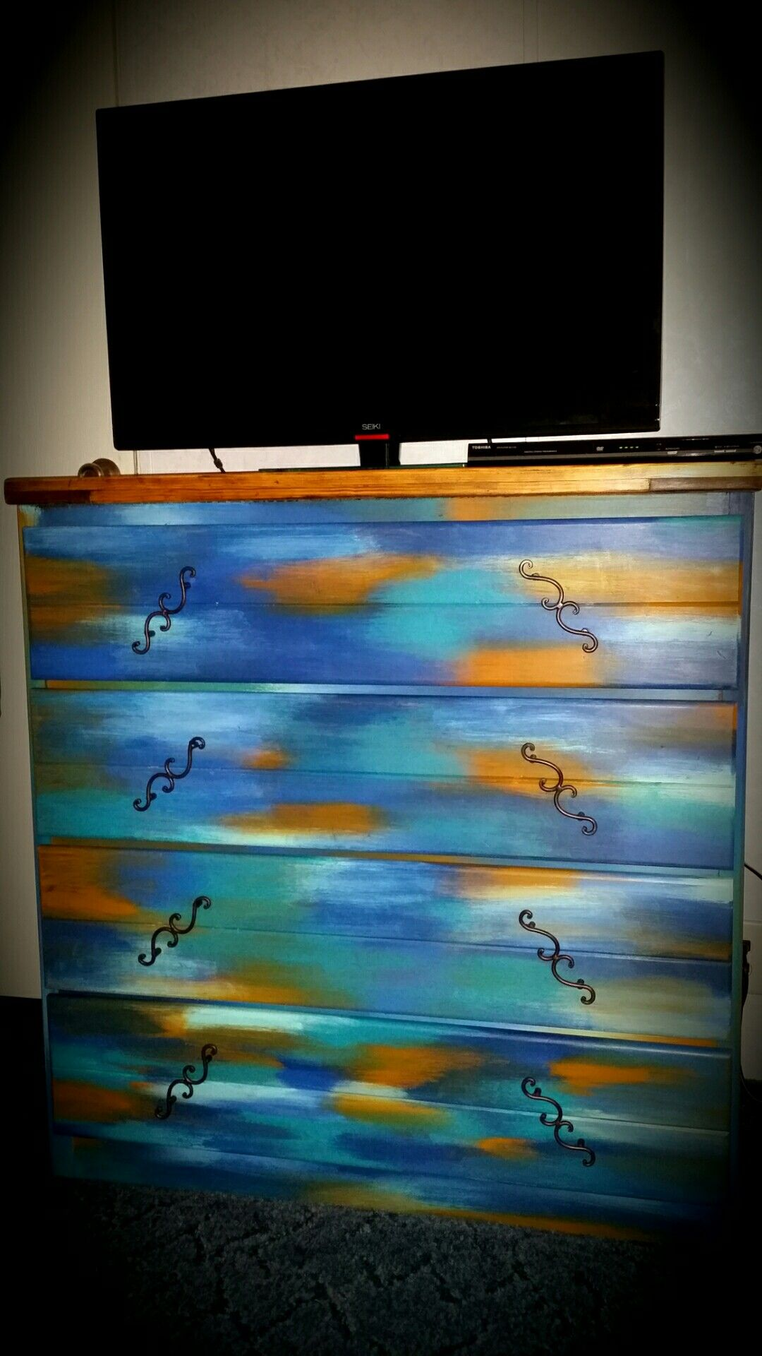 thanks to Maria Revollo and her amazing  Bermuda Blending Technique   tutorial for painting furniture. My creation  thanks to Maria Revollo and her amazing  Bermuda