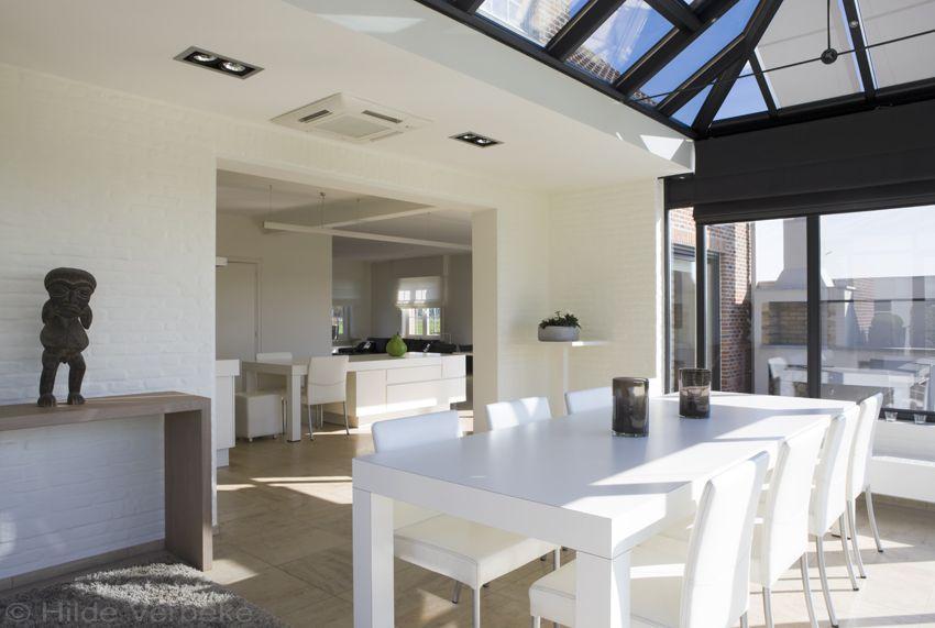 Leefveranda in ware loftstijl woonveranda met open keuken