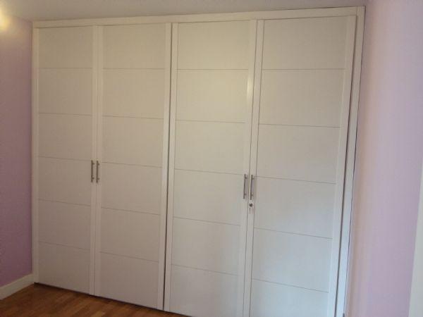 Puertas abatibles en melamina blanco pantografiada rayas - Armarios lacados en blanco ...