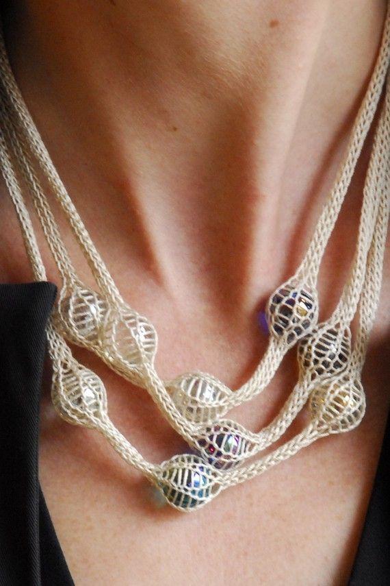 Etsy gestrickte Halskette mit Murmeln gefangen in einer Strickerei