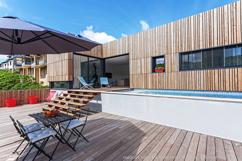 Maison bois dans la pente avec bassin de nage en béton banché. 160 ...