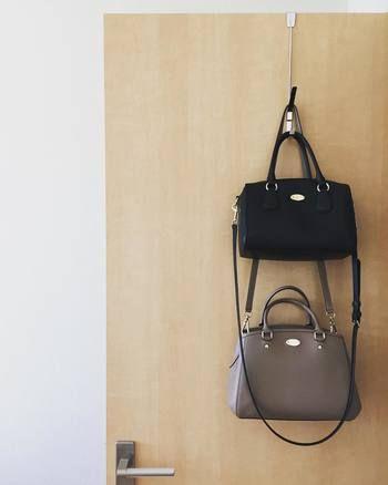 こちらは隠す収納にも使えるテクニック。クローゼットの扉の裏に吊り下げたバッグは取り出しやすいだけでなく、デッドスペースも上手に活用しています。