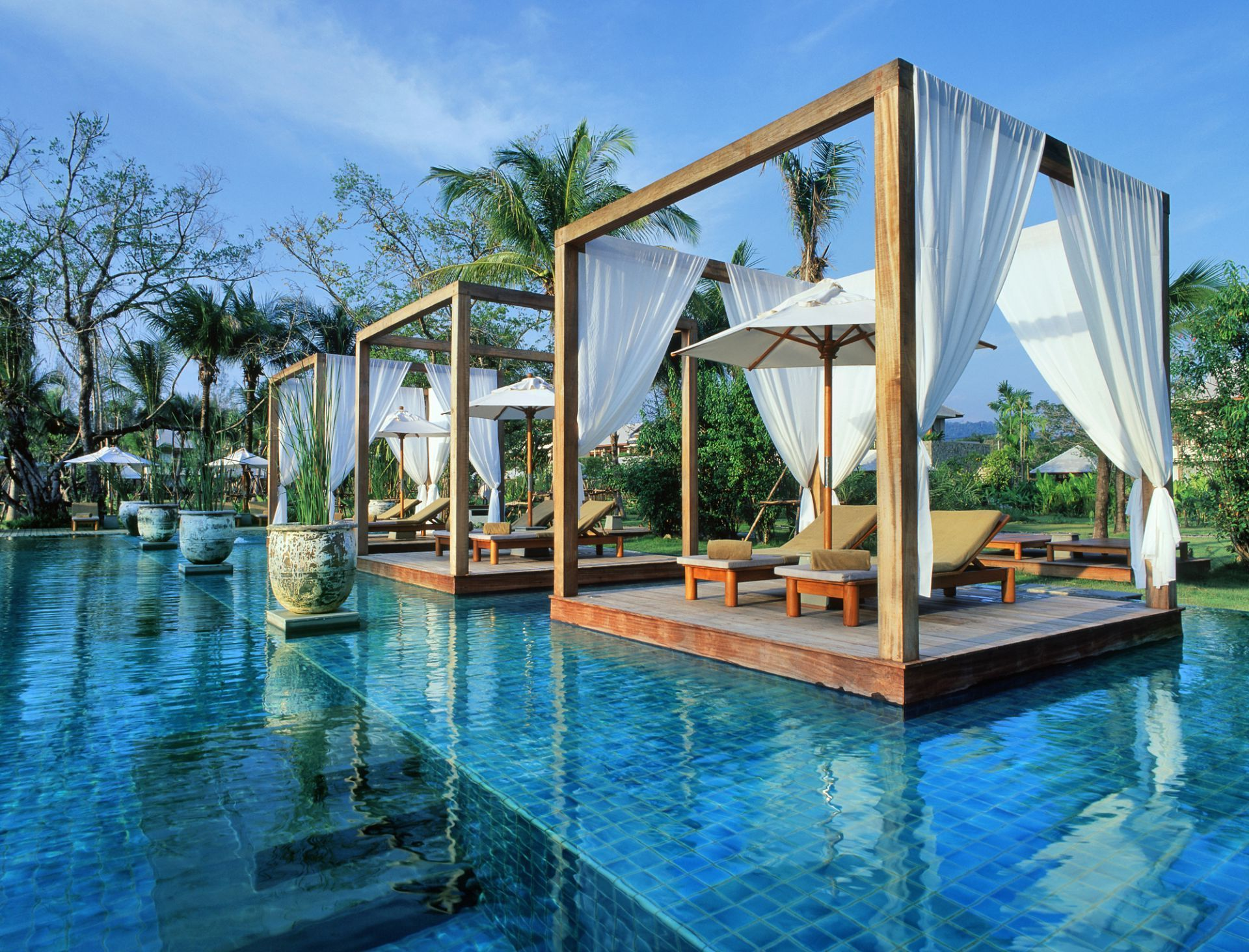 Revitalize Your Eyes With These Luxury Swimming Pool Designs ...