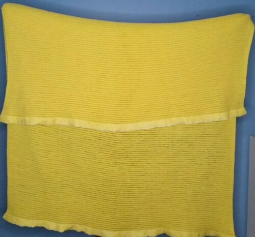 Chatham Waffle Weave Blanket Bright Yellow Vintage Twin Size Mid Century Bedding #chatham #waffleweave #blanket #thermal #vintage #Midcentury #MCM #midcenturymod #yellow #brightyellow #goldyellow #nylontrim #acrylic #bedding #linens