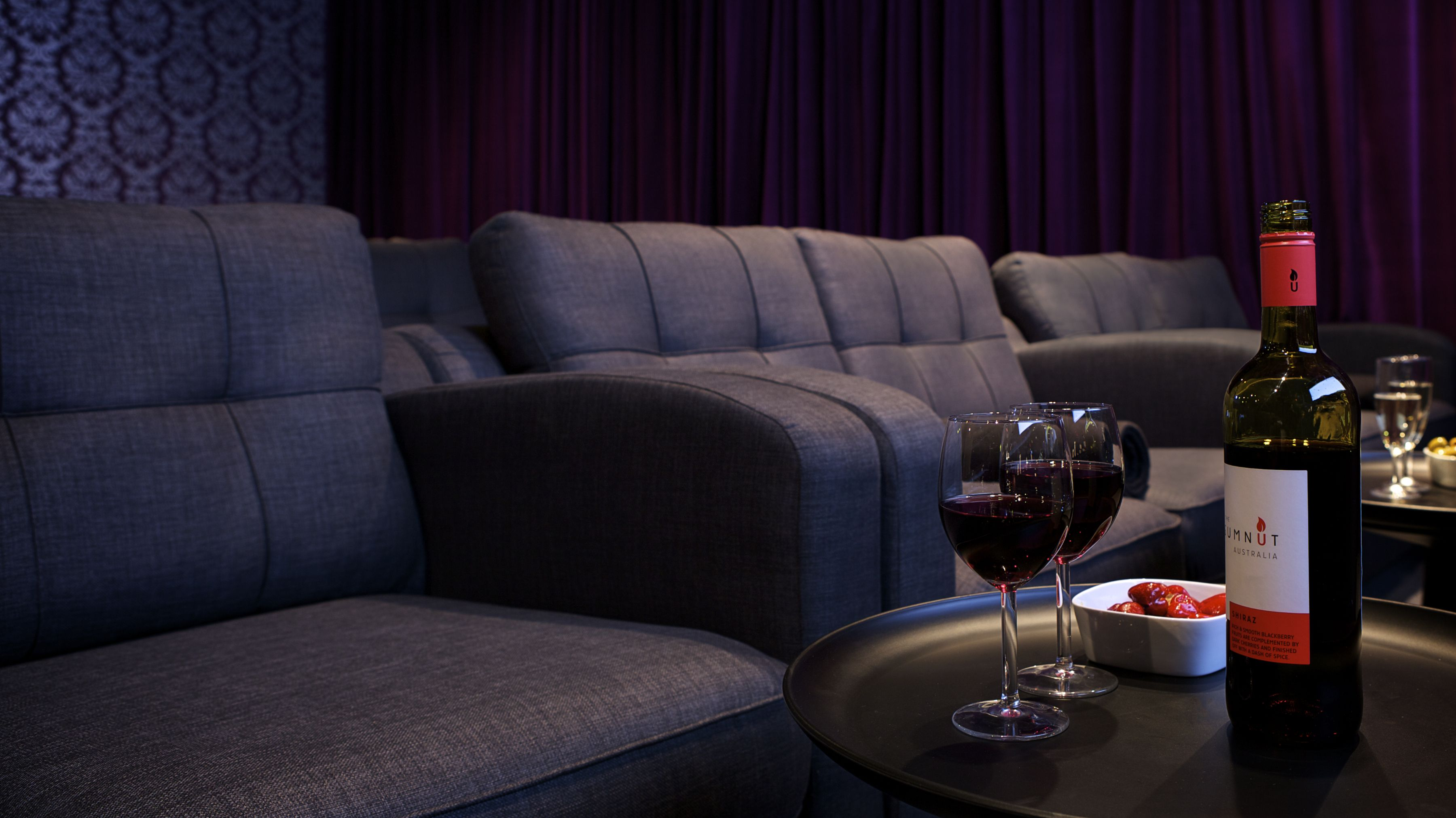 Genesis Cinema: Cinema with couches and drinks in the Studio 5 ...