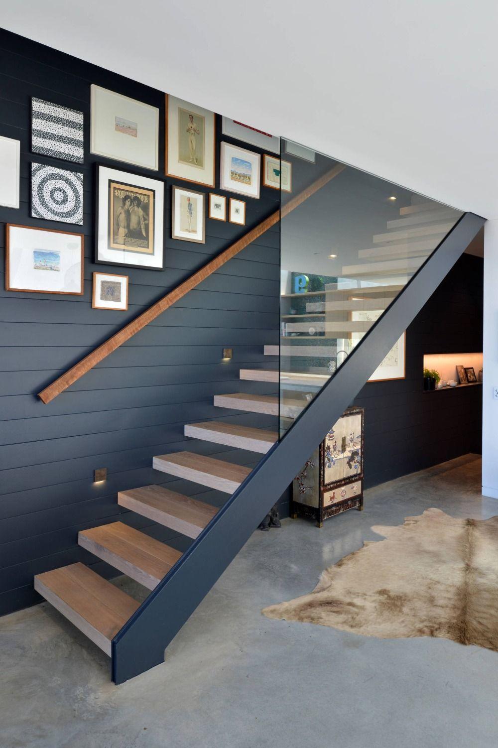 Modernes Treppenhaus Deko Mit Retro Bildern Und Glastennwand Kombinieren Escaleras Texturas Diseno De Interiores