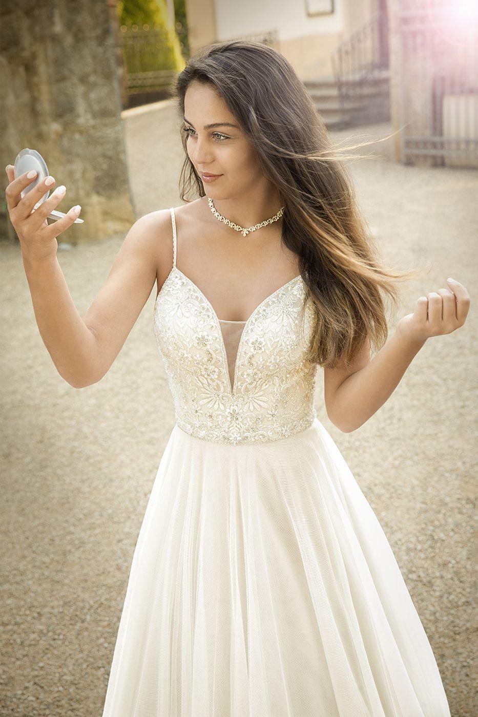 Wundervolles Brautkleid mit vielen Akzenten von #brautkleid Modell ...