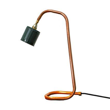 Deze bureaulampen zijn uit een stuk koperen buis gebogen. Aan het einde van de buis bij de fitting zit een kogelscharnier waar mee je hem 360 graden kan draaien. De kap is een conservenblik met drie gaten aan de boven kant. Stoer op je bureau of als leeslamp naast een fauteuil of bank.