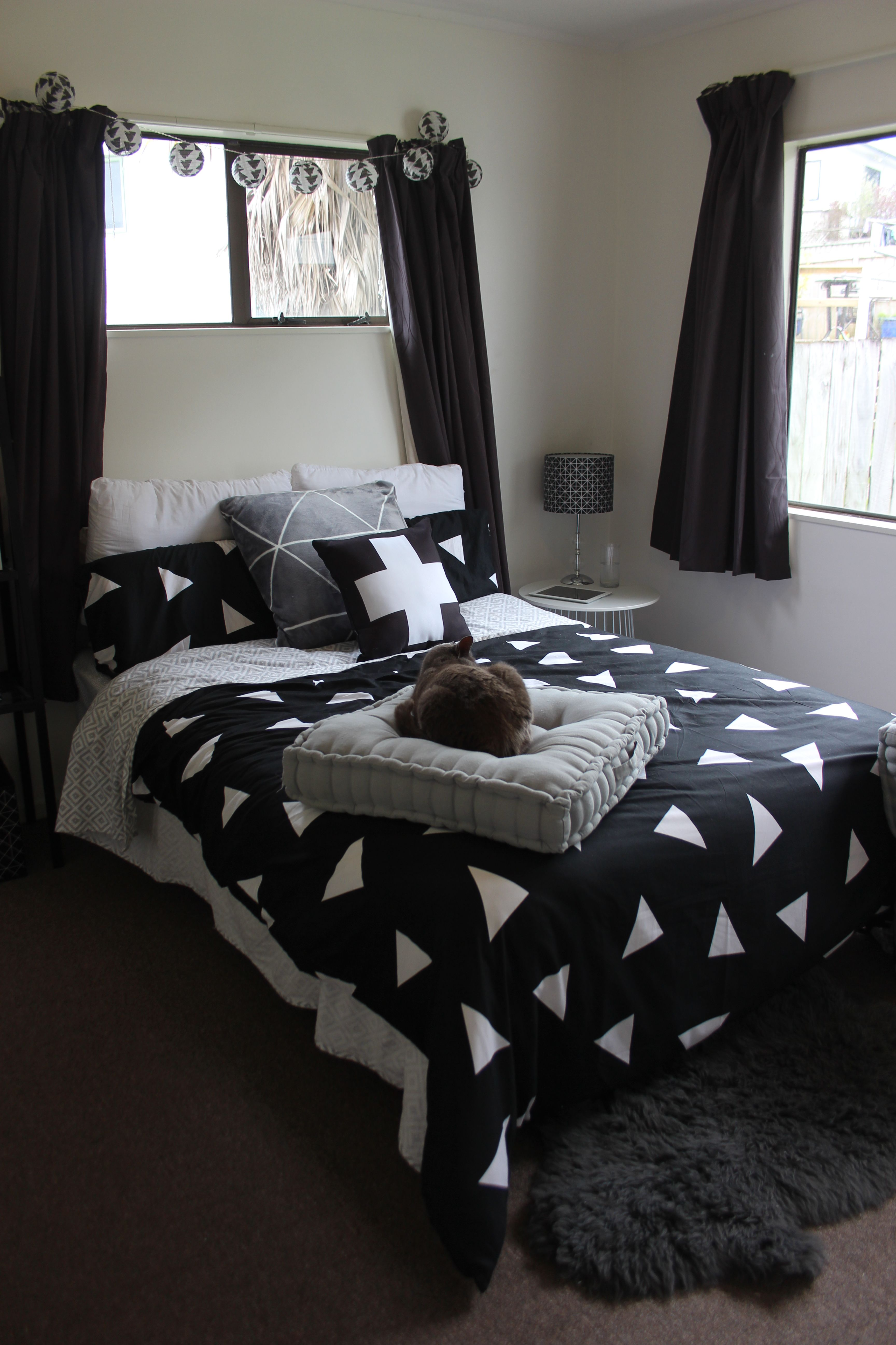 Monochrome bedroom decor - black, white and grey is life - styling ...