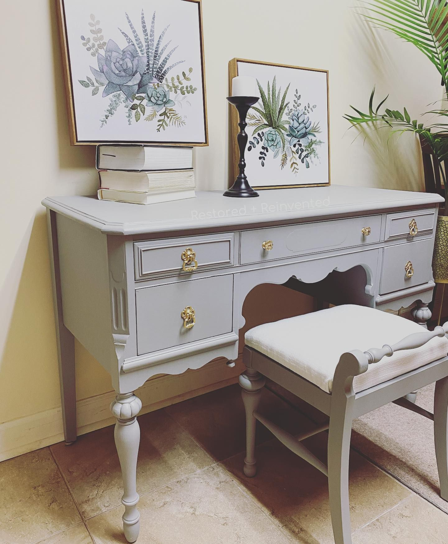 [A v a i l a b l e] This antique piece was finished with @FusionMineralPaint I absolutely love working with this paint, it creates such a flawless finish and is very durable. #furnituremakeover #furniture #furnitireartisan #furnitureart #furniturerestoration #refinishedfurniture #chalkpaint #chalkpainted #chalkpaintedfurniture #paintitbeautiful #refinished #paintedfurniture #upcycle #upcycledfurniture #vintage #antique #antiquefurniture #vintagefurniture
