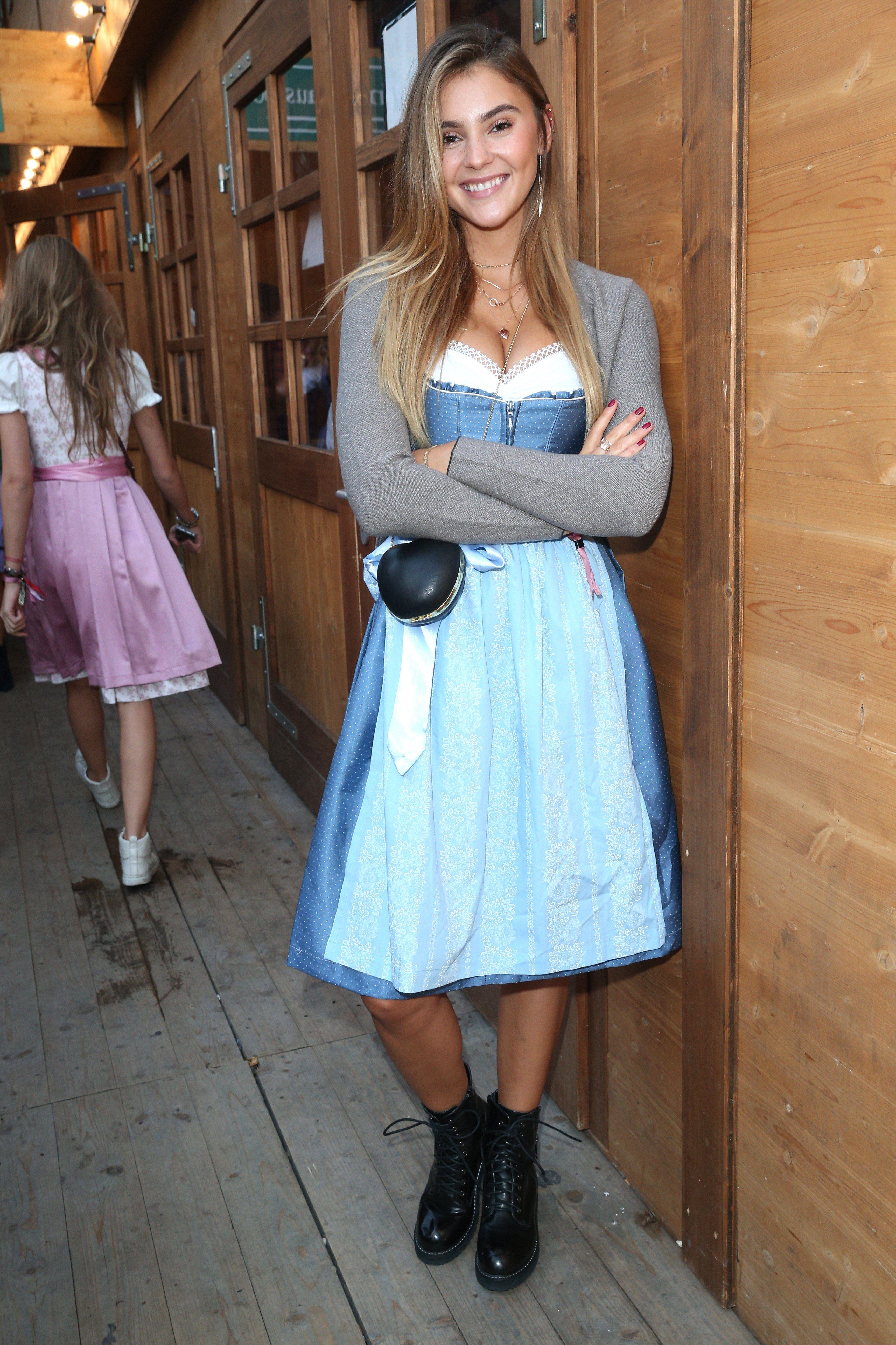 a2d6f2cf867177 Dirndl Looks: Stefanie Giesinger trägt ihre blaue Tracht mit Schnürboots!  #trachtenmode #dirndl #wiesn