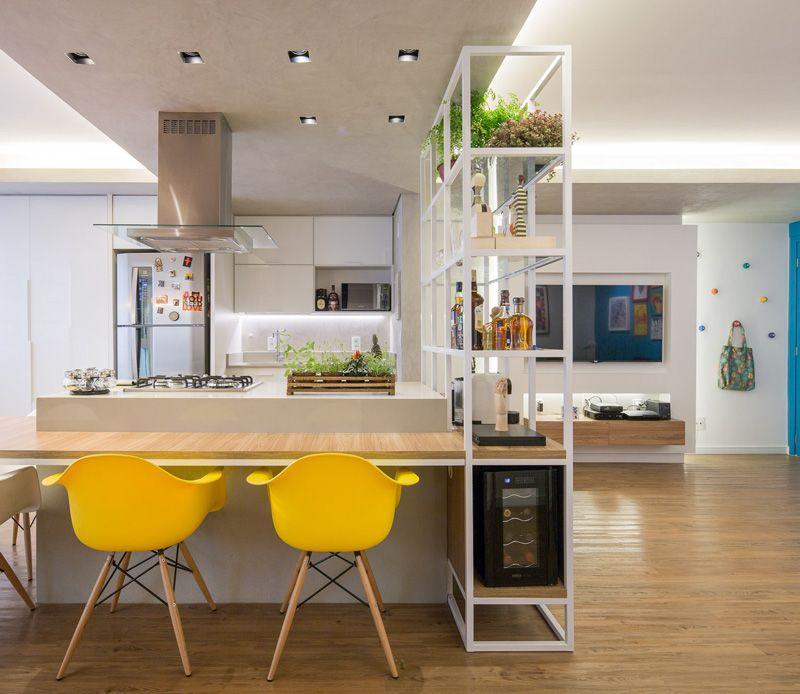 Cozinha espaçosa e cadeiras Eames amarelas