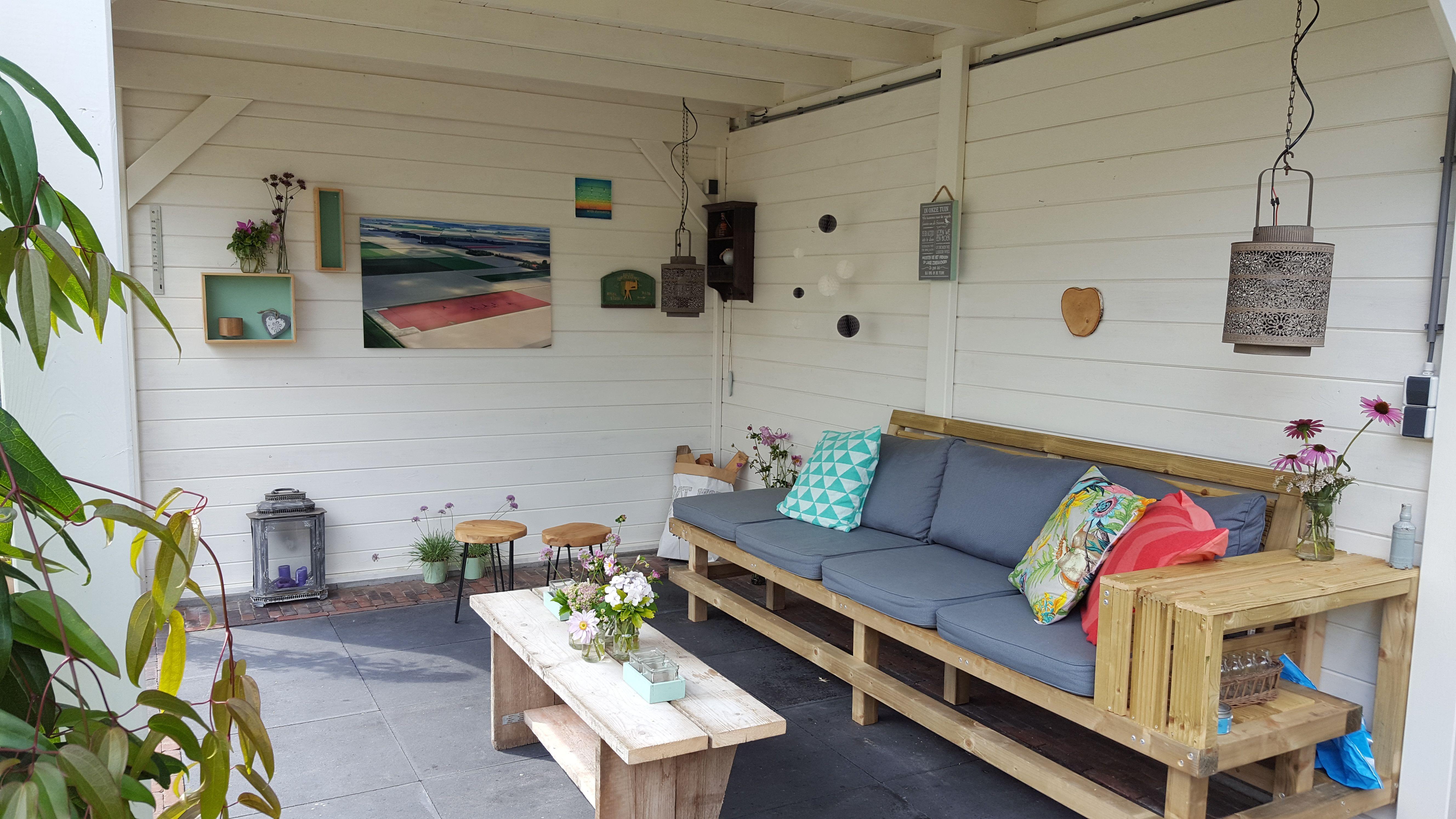 Lounge Kussens Buiten : Houten tuinbank met grijze loungekussens en sierkussens voor
