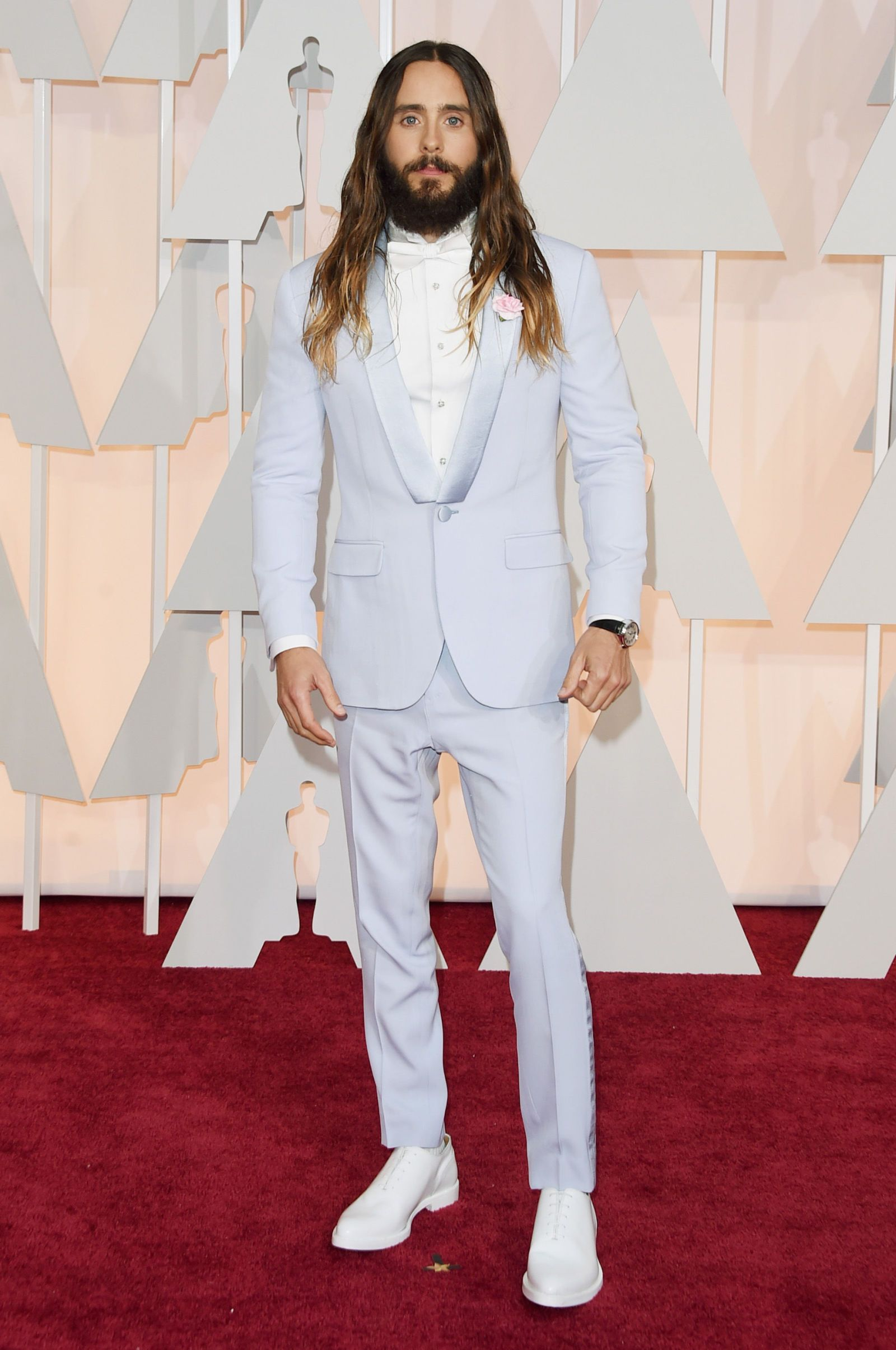 db18bd478a4a Jared Leto in a powder blue suit with white shoes and a Fred Leighton Art  Deco Onyx and Diamond Buckle Bar Brooch at the 2015 Oscar Red Carpet.