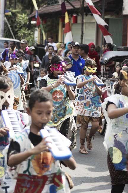 iringan anak-anak sd lempuyangan saat mengikuti carnaval bermain drumben