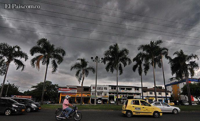 """Nubes negra anuncian el """"aguacero nuestro de todos los días"""", durante la actual temporada invernal en Cali. Foto: Jorge Orozco Créditos: Departamento de Fotografía de El País"""