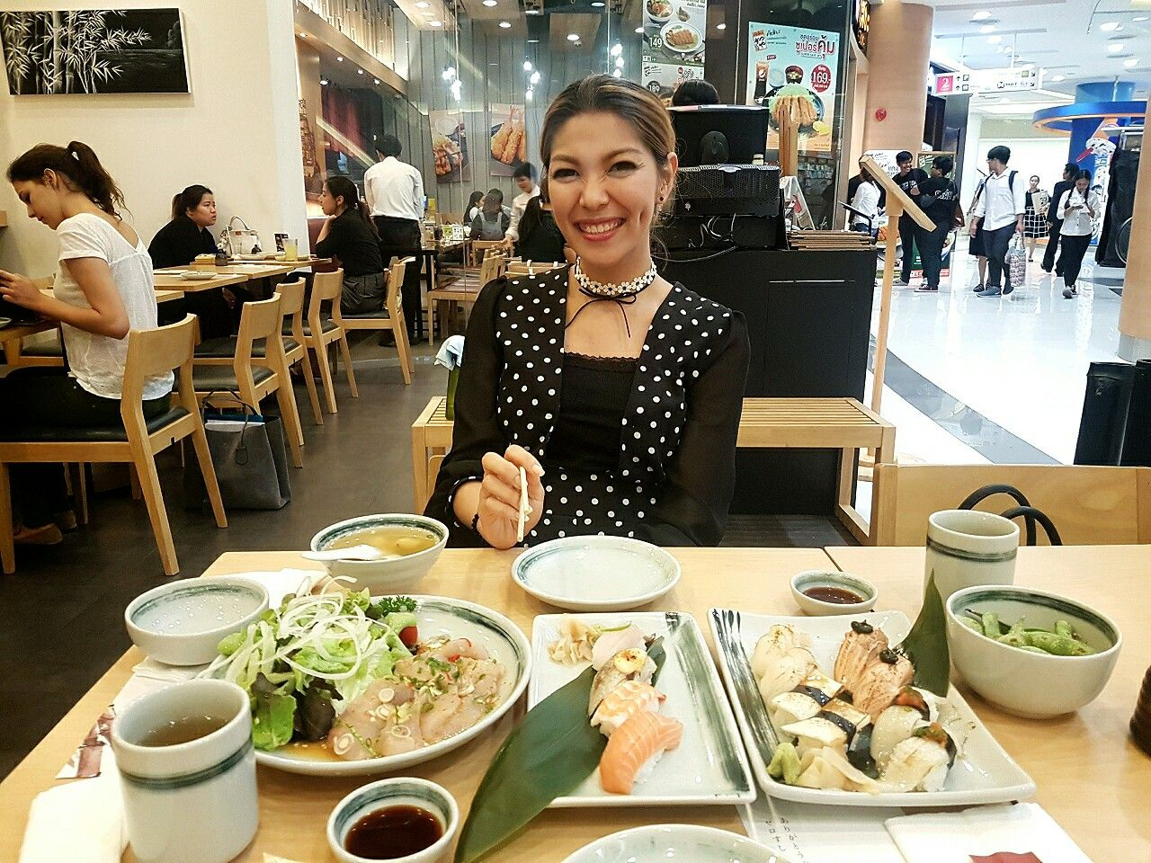 Another wonderful night for me..  Met my lovely mom  Ate yummy dinner Attended biz opportunity session  Met my full of passion Nu Skin team Got a stylish watch.. love it! Got fried pork and sticky rice from P'Nik (she always remember what I like!)  #สมาคมลูกกตัญญู #LansEatOut #ZeroSushi #ธุรกิจเครือข่ายสีขาว