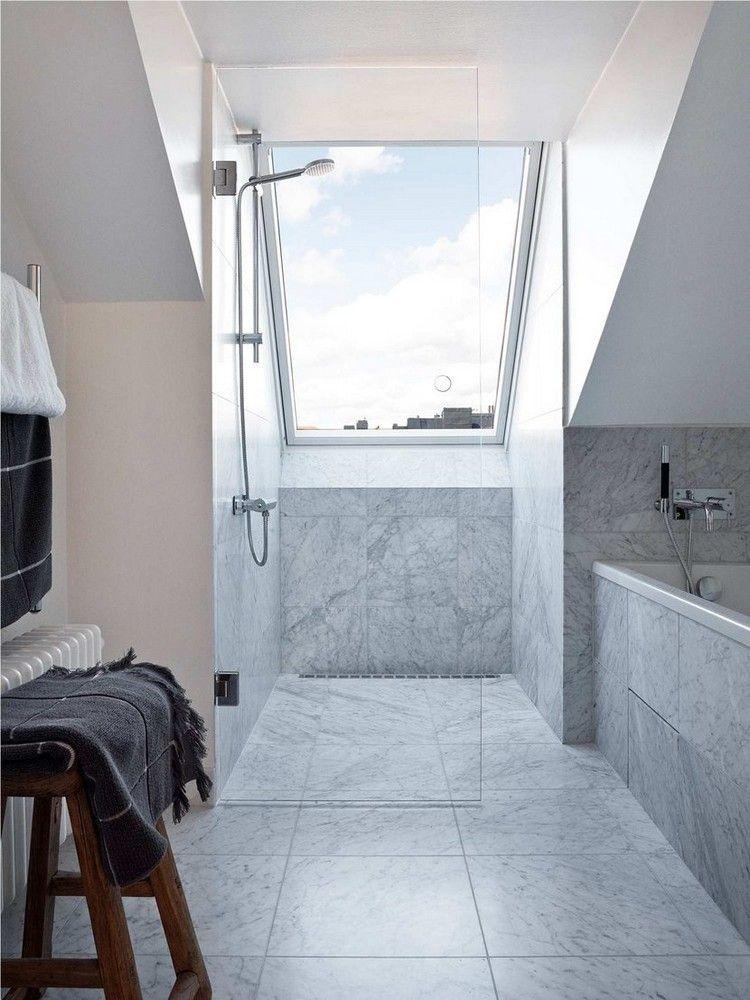 ebenerdige Dusche mit Glaswand unter dem Dachfenster House Attic