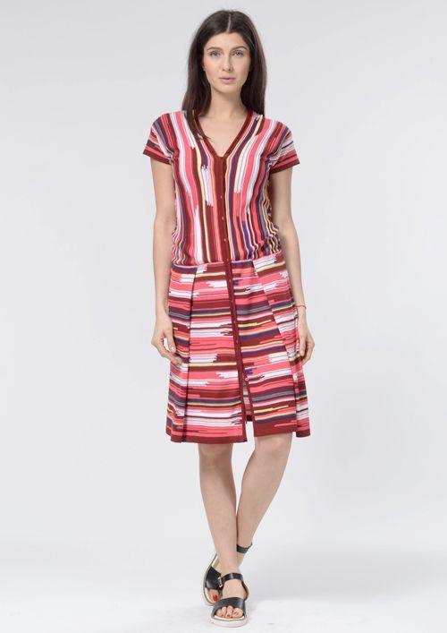 Оригинальный и удобный силуэт и дизайнерское полотно с необычными полосками придают этому трикотажному платью особое очарование