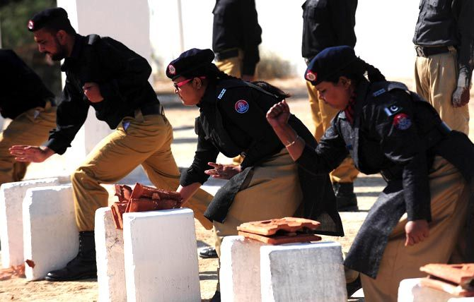 pakistan-women-police-passing-out-karachi-afp-5.jpg (670×428)