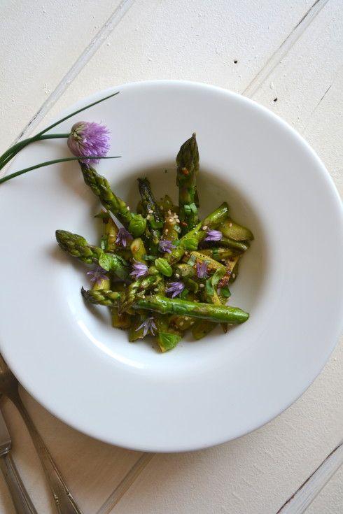 Salade d'asperges vertes poêlées à l'ail et au basilic ...