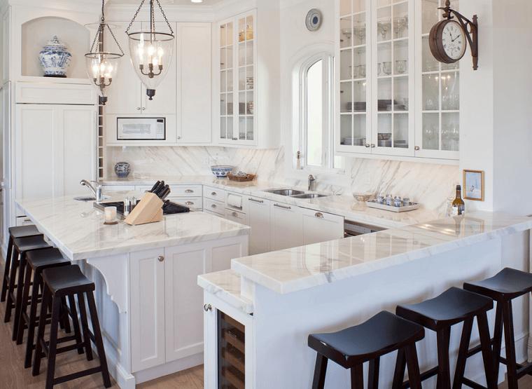 cocina blanca con isla con encimera de mrmol