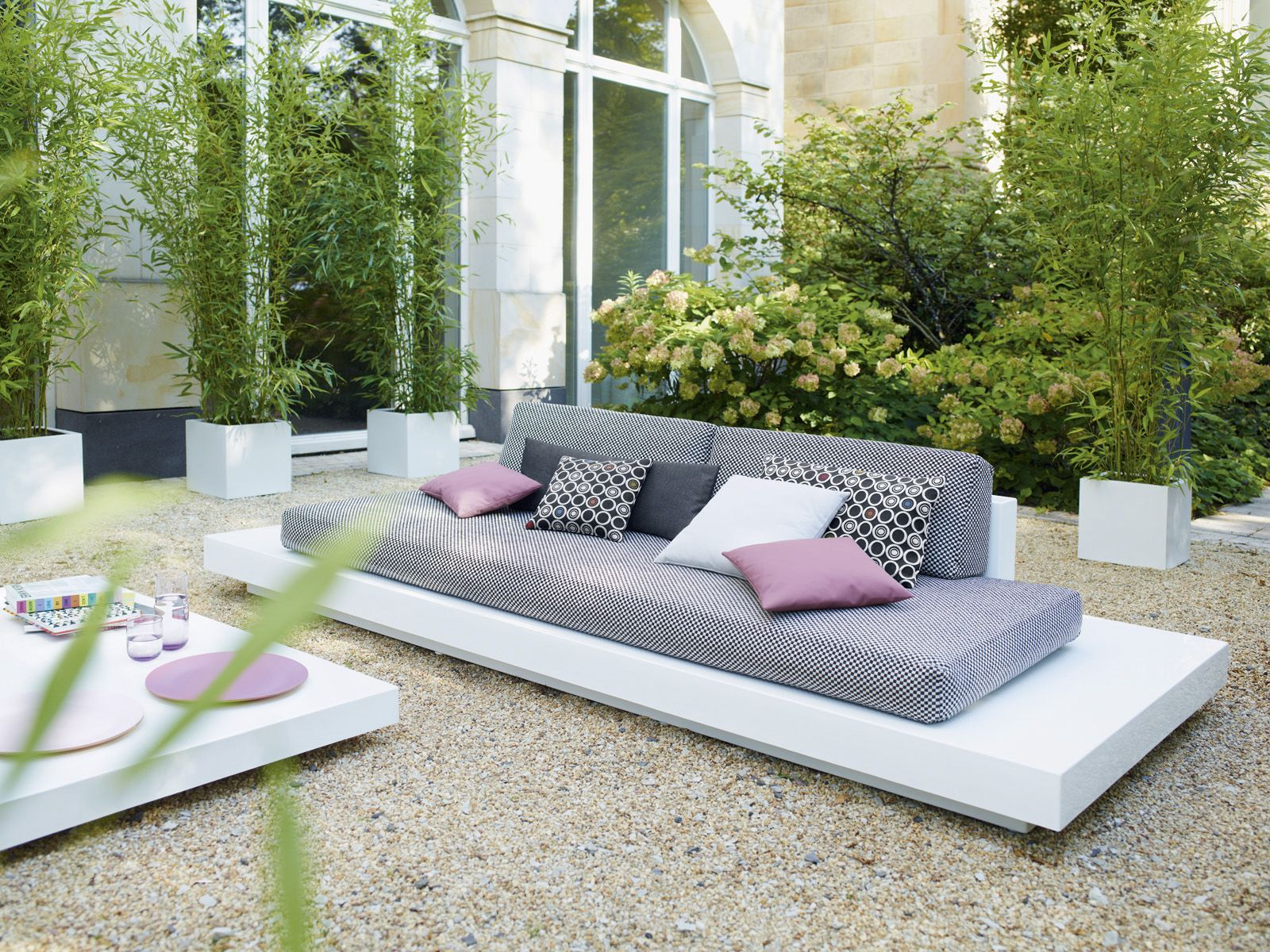 outside lounge idea - so simple. YAY. This could definitely work ...