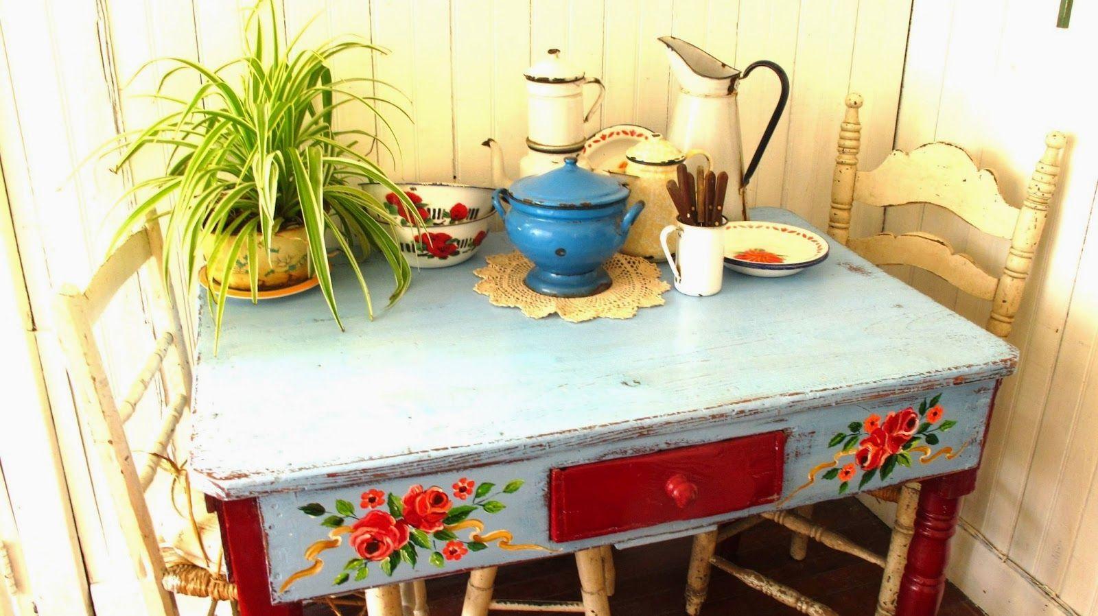 mesa antiga com pintura a mao