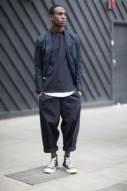 黒コーデ テーラードジャケット×ワイドパンツ×コンバースオールスター