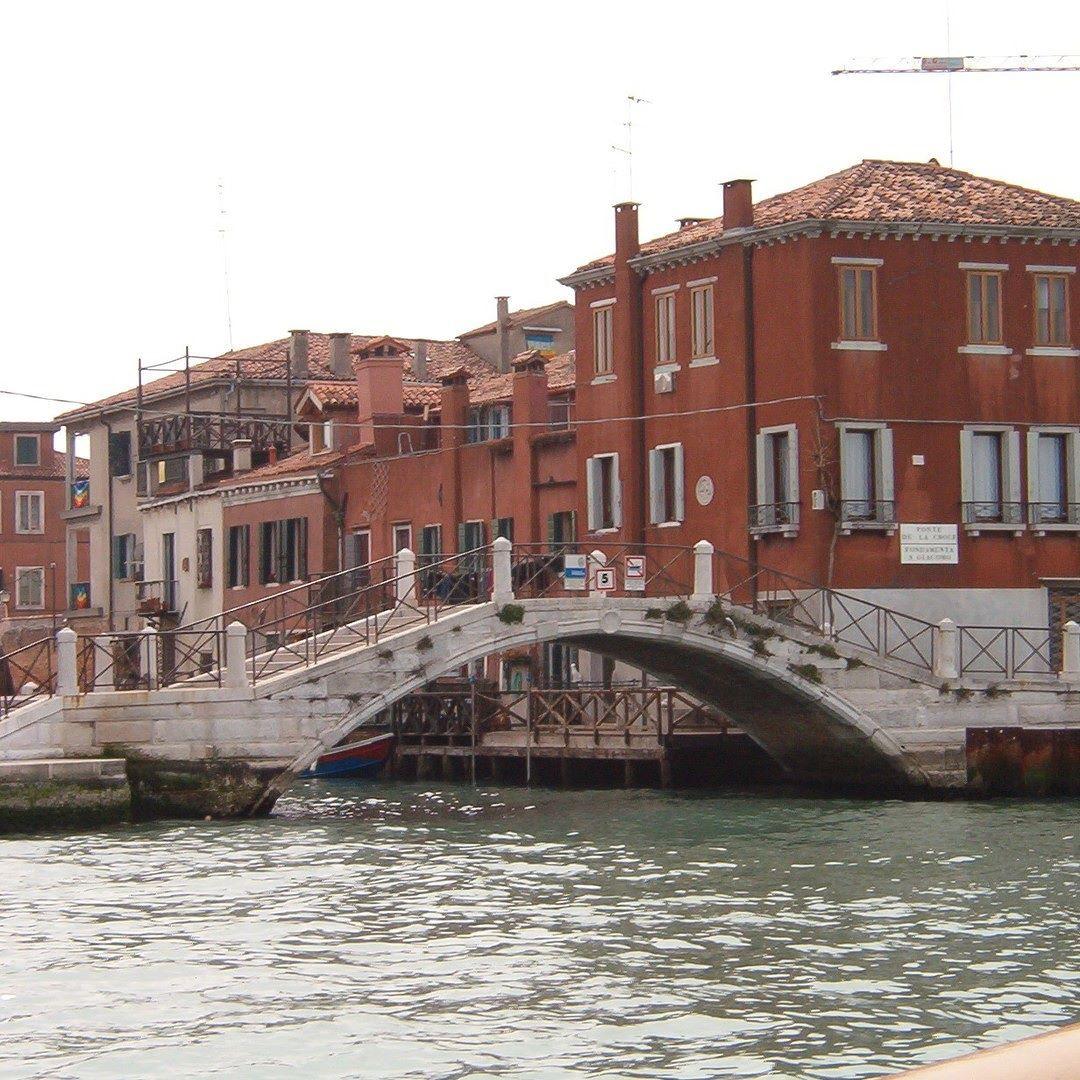 La Giudecca a Venezia 2003: una città magnifica e indimenticabile che ogni persona dovrebbe vedere almeno una volta nella vita. Io l'ho fatto un po' di anni fa e condivido ora le foto che feci con voi. Spero che gradirete :-) #venice #venezia #igersvenezia #igersveneto #ig_italy #ig_italia #italian_places #italian_trips #ig_europe #ig_europa #people_and_world #kings_villages #ig_shotz_cities #urbanromantix #beststreets #vscoauthentic #vscogoodshot #vscogood_ #rsa_vsco #shotaward…