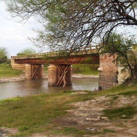Antiguo puente del interior de la provincia de Santa Fe, Argentina, a metros del Río Salado. Este puente unía caminos rurales, actualmente está anegado y los caminos ya no se utilizan, se encuentran tapados por la vegetación que avanzó a lo largo de los años.