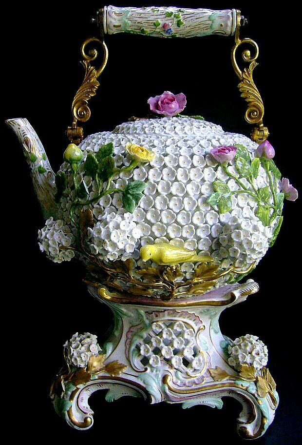 Herbaciany(3D) czajnik z podstawką z porcelany.