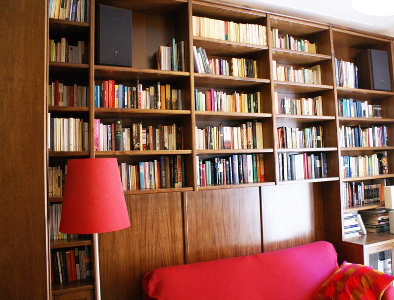Una libreria in noce su misura realizzata in un appartamento a roma la boiserie dietro al - Libreria dietro divano ...