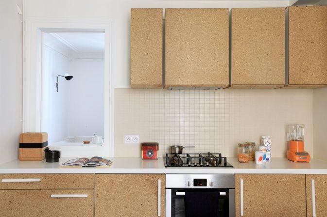 La cuisine : portes en agglo et plan en Corian / Archi : ATELIER PREMIER ETAGE