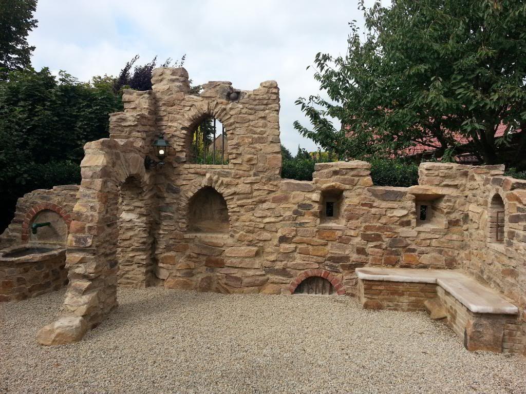 eine gartenmauer im stil einer ruine aus sandstein garten sitzplatz pinterest gartenmauern. Black Bedroom Furniture Sets. Home Design Ideas