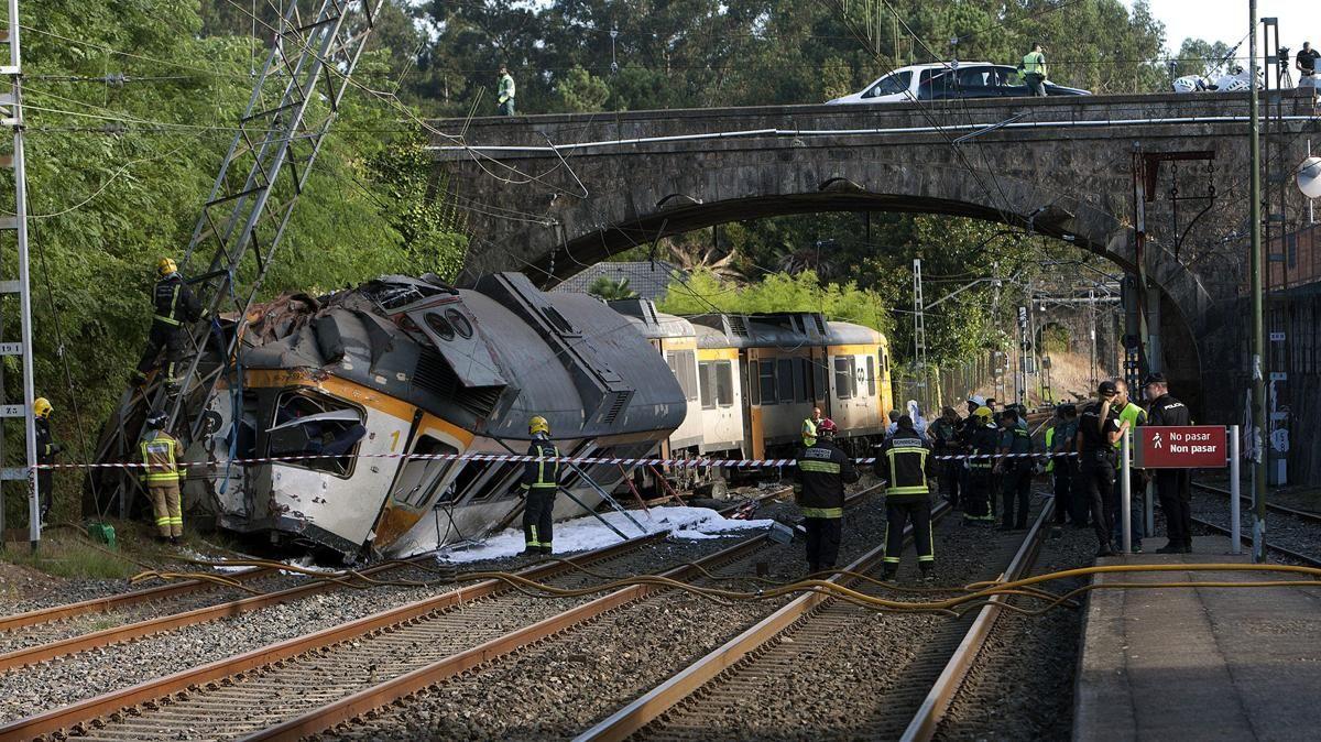 """Tragedia en España: al menos cuatro muertos y numerosos heridos al descarrilar un tren de pasajeros Las autoridades informaron que hay """"un número elevado"""" de lesionados y que algunos se encuentran en grave estado. El convoy cubría la ruta desde Vigo, en el noroeste español, y Oporto, en el norte portugués"""