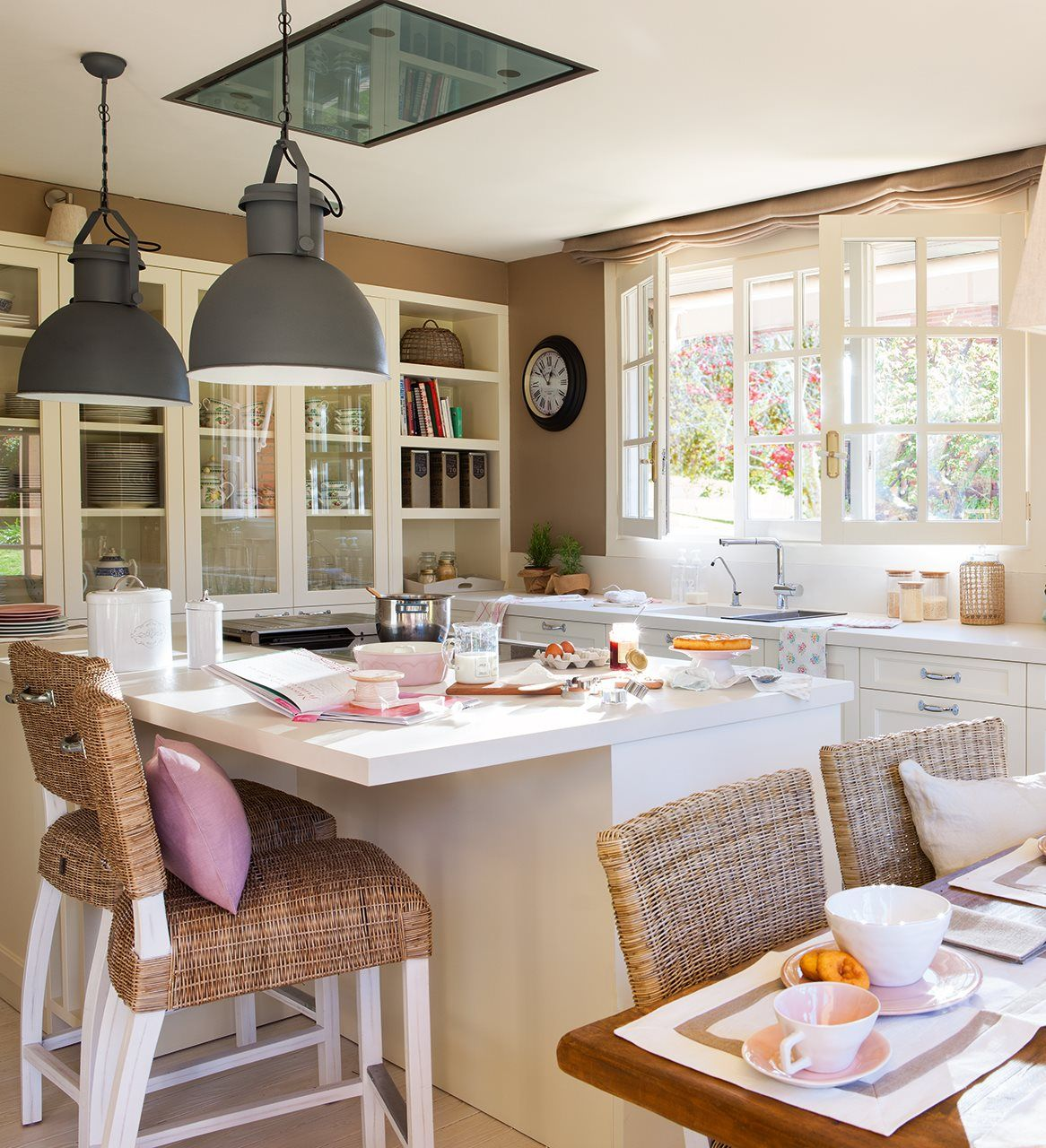 Pequeña cocina con isla y mobiliario en blanco   Casas El Mueble ...