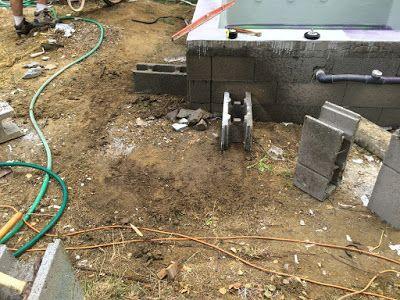 Construction du0027une petite piscine en béton équipée spa Dalle pour - local technique de piscine