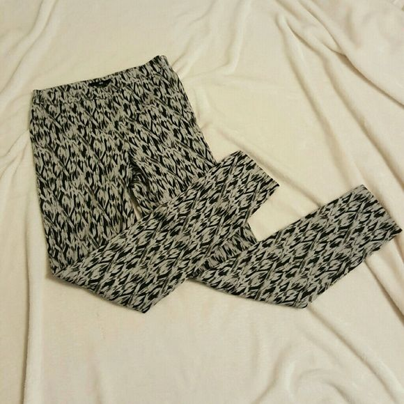 H&M jeggings Cute skinny legged H&M jeggigs with a side zipper H&M Pants Skinny