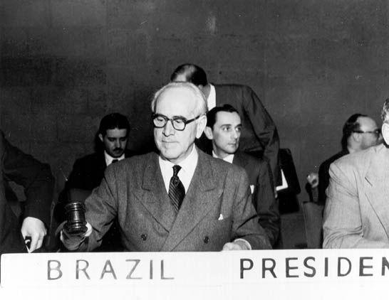 Oswaldo Aranha preside a 2ª Sessão da Assembléia Geral da ONU, 1947. Nova Iorque (EUA). (CPDOC OA foto 327/15)