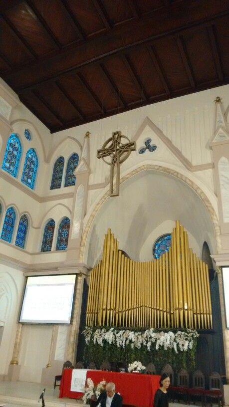 Cruz celta e orgão de tubos da 1ª Igreja Presbiteriana Independente de São Paulo