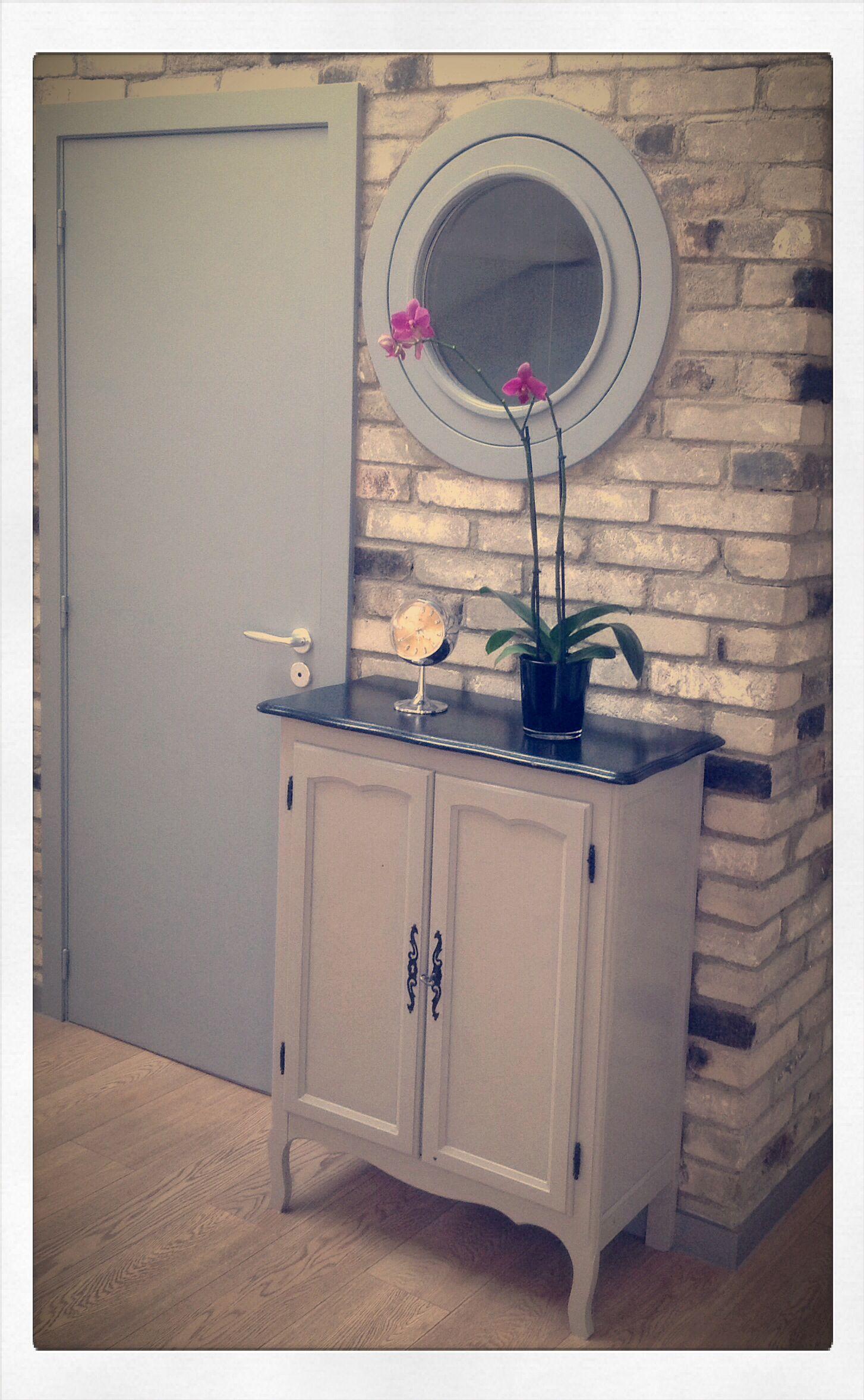 petit meuble d 39 entr e mur de briques couleur gr ge de. Black Bedroom Furniture Sets. Home Design Ideas