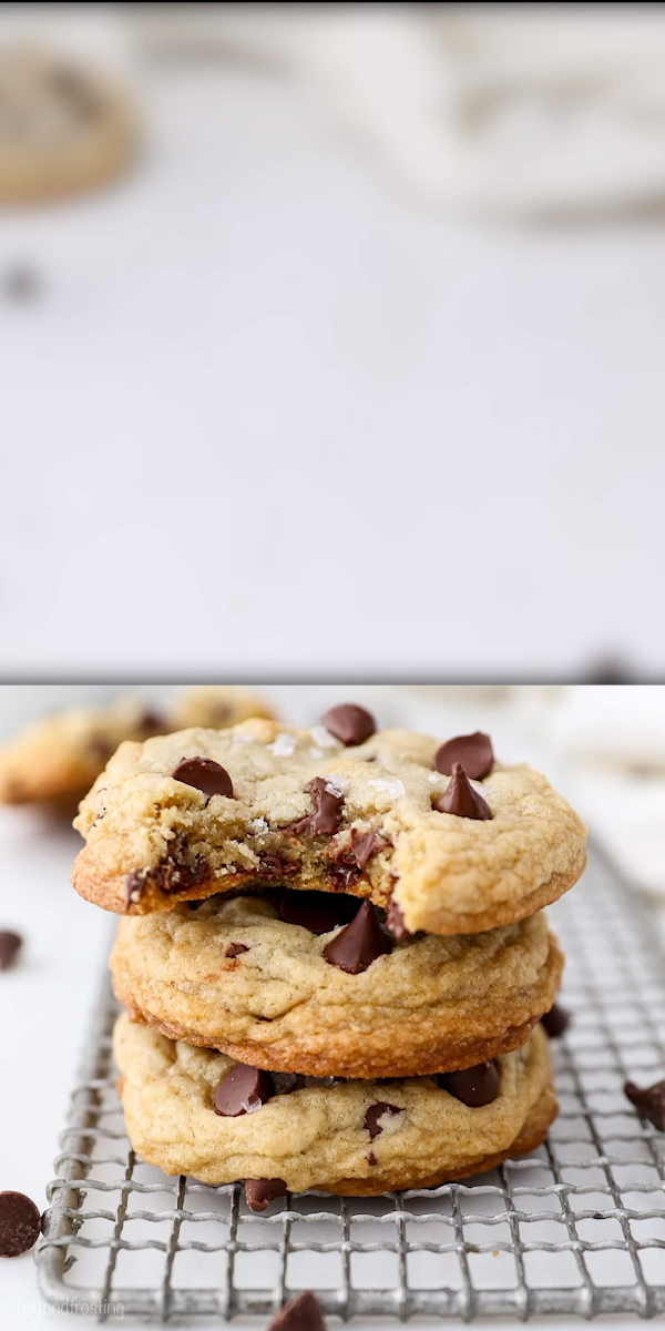 These are the EASIEST and BEST Chewy Chocolate Chips Cookies. Only 10 minutes to prepare! These cookies is are a bit dense, crispy on the edge, and soft and chewy in the middle. It's  flavored with brown sugar and vanilla, it's full of gooey chocolate chips and finished with a touch of flaky sea salt. #chewychocolatechipcookies #chocolatechipcookierecipe #easychocolatechipcookie #chocolatechipcookies