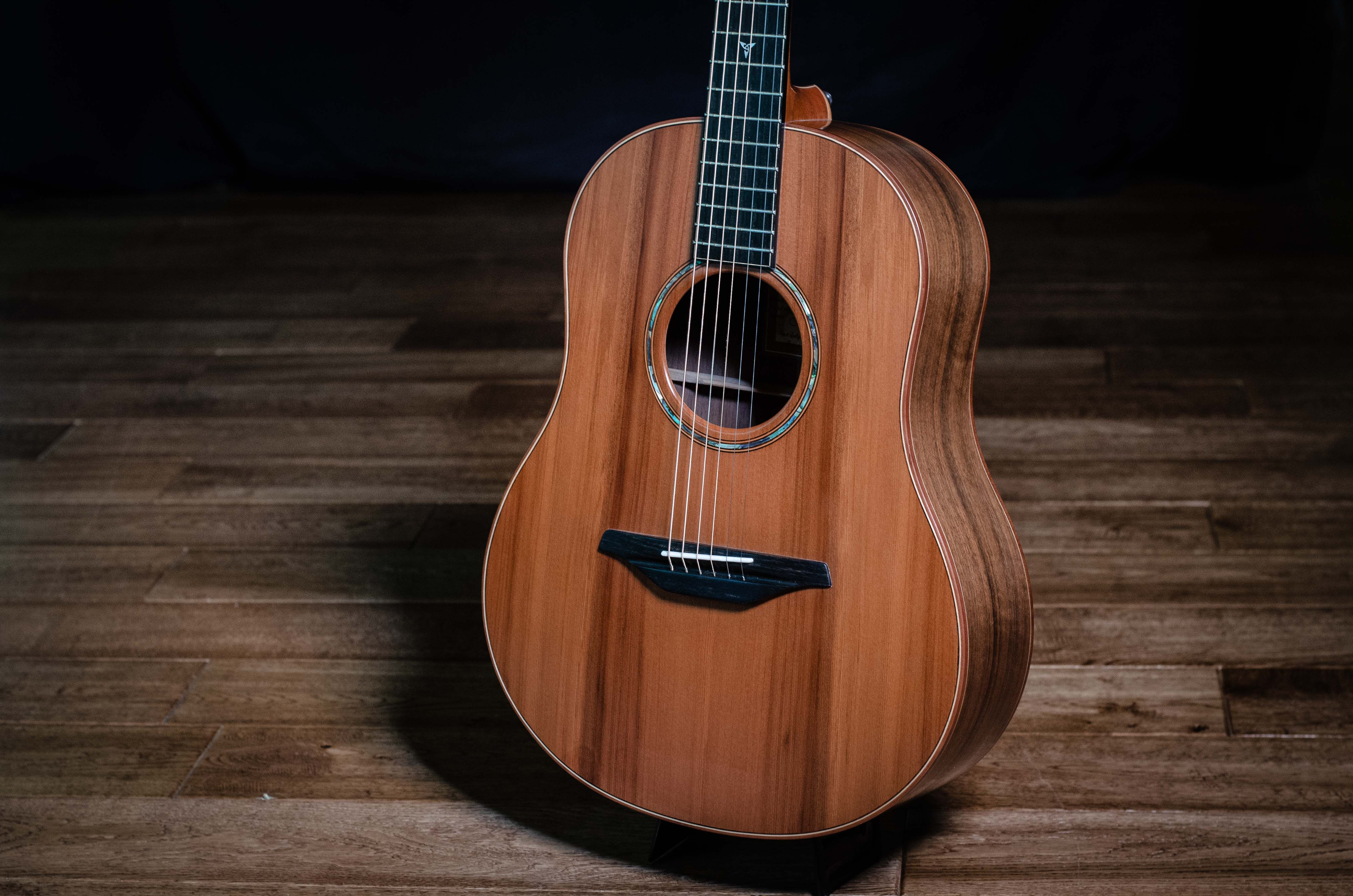 This Mcillroy Asd28 Is A Fantastic Compact Dreadnought In 7 8 Size But With Normal Scale Length It Features English Walnut Seagull Guitars Guitar Redwood