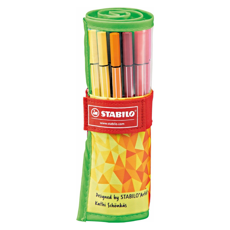 Set van 25 kleuren STABILO viltstiften in een nylon etui. De etui is oprolbaar en dicht te maken met klittenband. Door de originele Stabilo inkt op waterbasis geven de stiften een prachtige kleur af. De lijndikte van de stift is 1 mm. Afmeting: lijndikte 1 mm - Stabilo Pen 68 Rollerset, 25st.