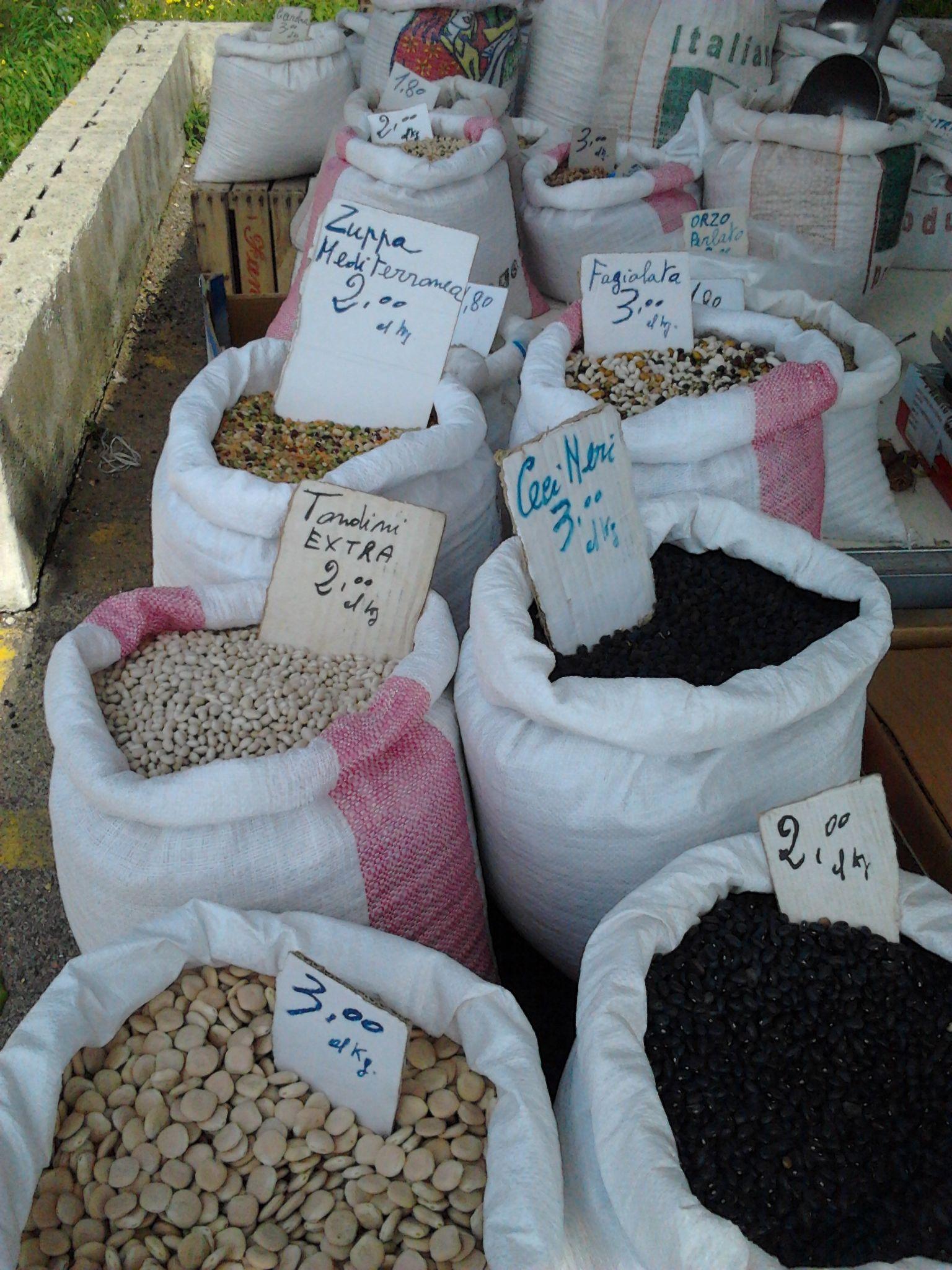 legumi al mercatino settimanale ad Otranto