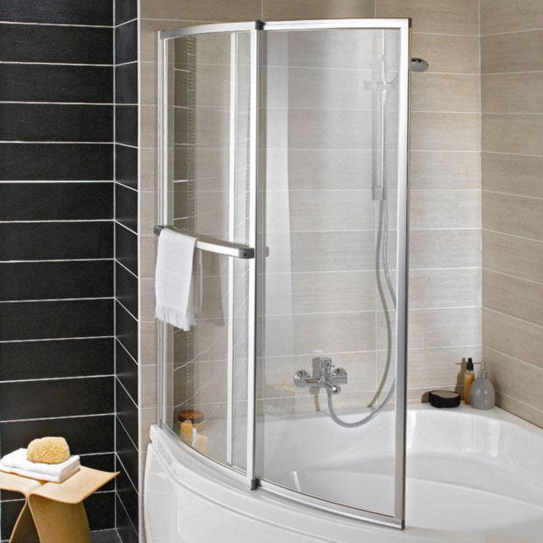 une salle de bain qui permet de concilier bain et douche   ecran
